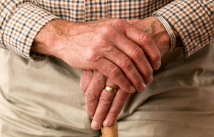 ajuda-familia-perda-audicao-idosos-otorrinos-curitiba